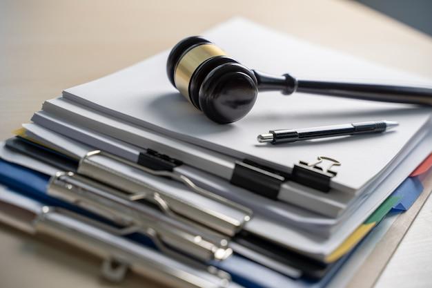 Martello giudiziario e documenti aziendali, documenti importanti Foto Premium