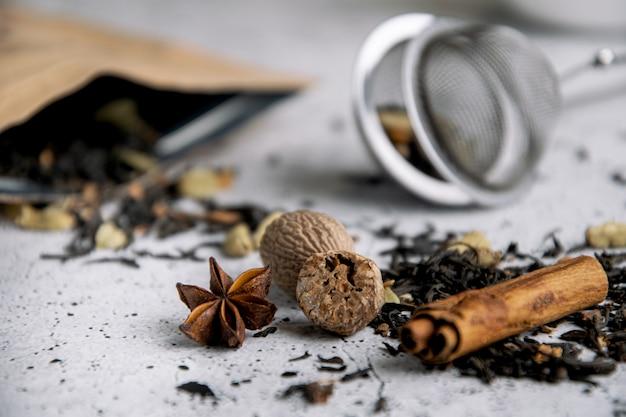 Masala chai tè nero speziato con spezie Foto Premium