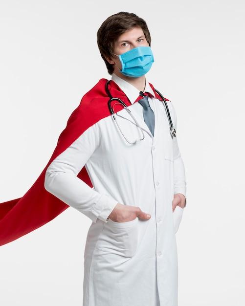 Maschera da portare del medico del tiro medio Foto Gratuite