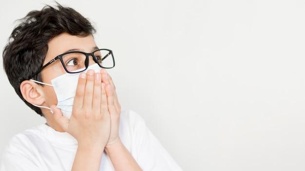 Maschera da portare del ragazzo con copia-spazio Foto Gratuite