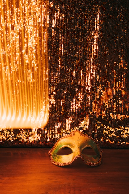 Maschera di carnevale dorato piuttosto veneziano con bella priorità bassa dorata di scintillio Foto Gratuite