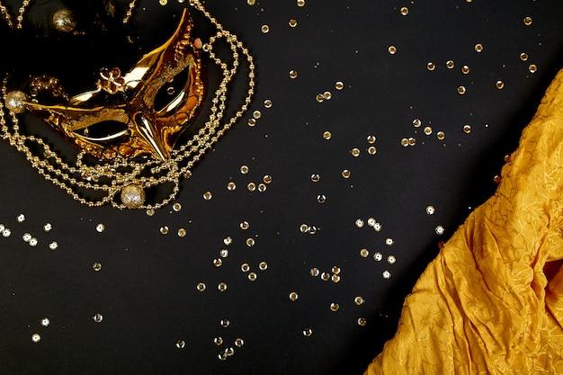Maschera di carnevale nera e oro. vista dall'alto Foto Premium