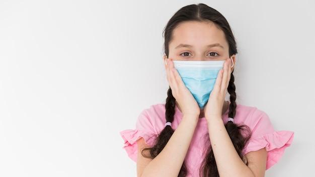Maschera di protezione da portare della bambina Foto Gratuite