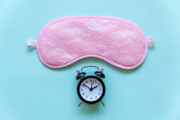 Maschera e sveglia di sonno su fondo blu Foto Premium