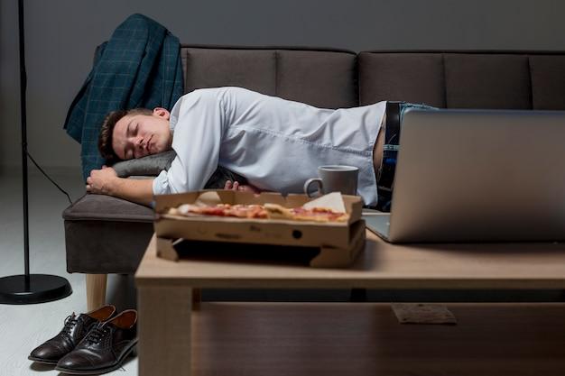 Maschio adulto di vista frontale che dorme sullo strato Foto Gratuite