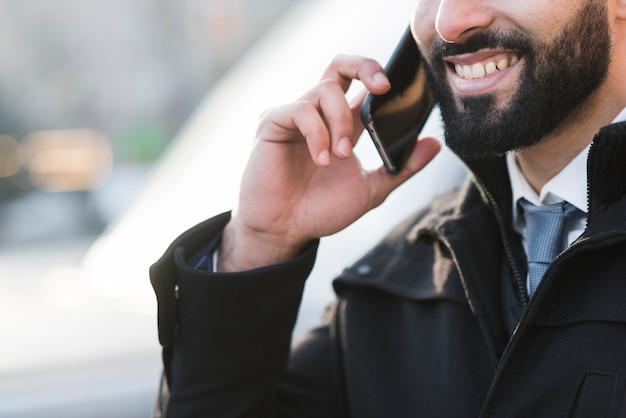 Maschio del primo piano che parla sopra il telefono Foto Gratuite