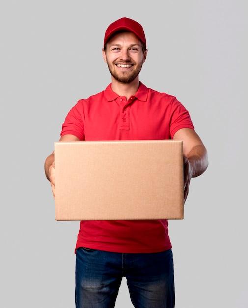 Maschio di consegna vista frontale con pacchetto Foto Gratuite