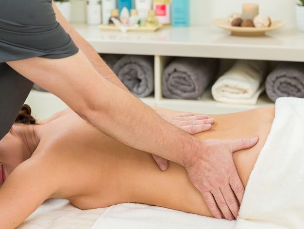 Massaggi su una donna al salone spa Foto Premium