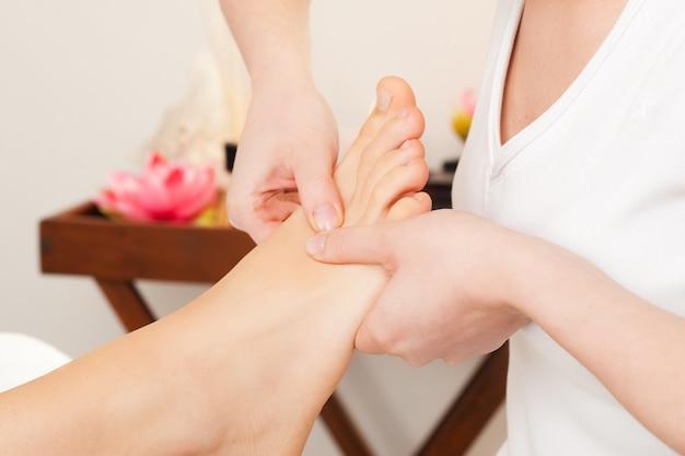 Massaggio ai piedi nella spa Foto Premium
