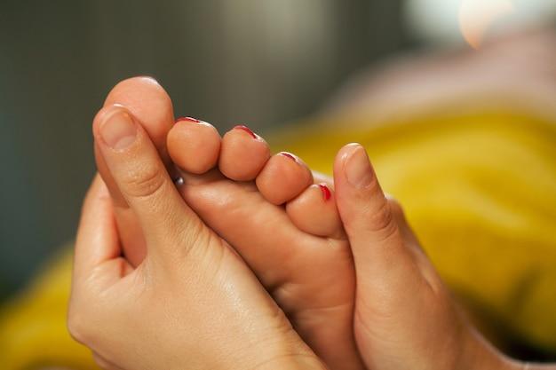 Massaggio ai piedi per una donna in una spa Foto Gratuite