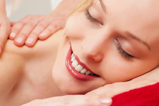 Massaggio alla schiena Foto Premium