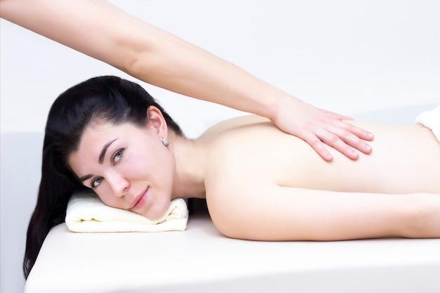 Massaggio in un salone spa per una ragazza. concetto di massaggio benessere. Foto Premium