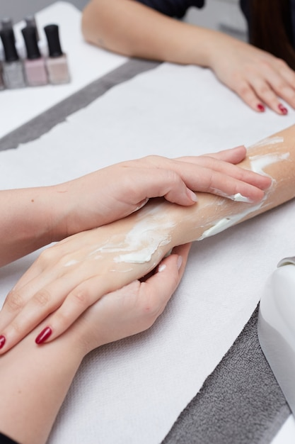 Massaggio rilassante alle mani Foto Premium