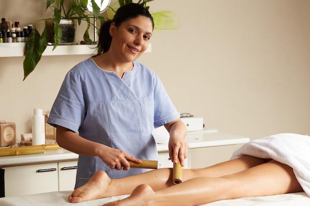 Massaggio tailandese con bastone di bambù Foto Premium