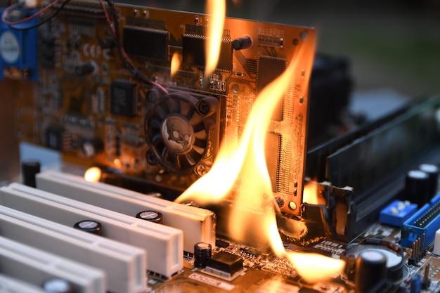 Masterizzazione del fuoco, scheda madre del computer ardente, cpu, gpu e scheda video, processore su circuito con elettronica Foto Premium