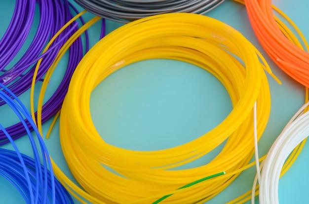 Materiale in plastica pla e filamenti abs per la stampa su una penna 3d o stampante di vari colori Foto Premium