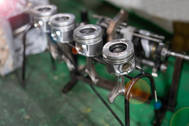 Materiale motore, pistone con fasce elastiche. Foto Premium