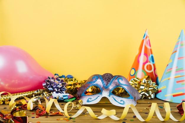 Materiale per la decorazione del partito con maschera di piume di carnevale mascherata e palloncini Foto Gratuite