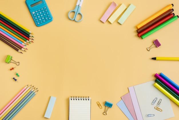 Materiale scolastico della cancelleria dei rifornimenti su giallo Foto Premium