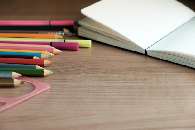 Materiale scolastico su fondo in legno Foto Premium