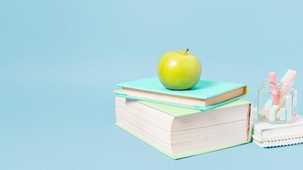 Materiale scolastico su sfondo azzurro Foto Gratuite