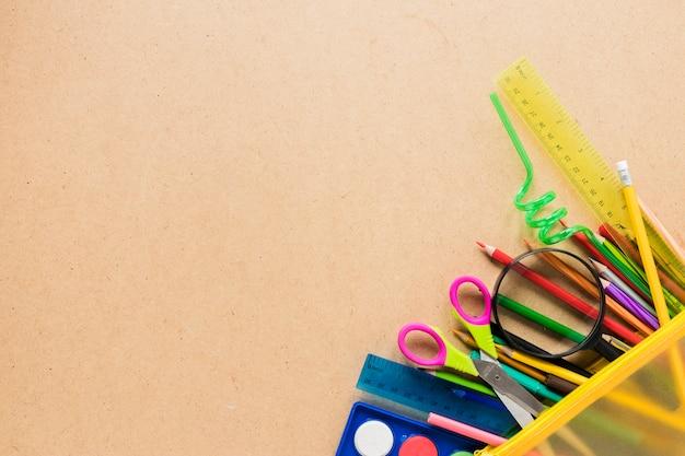 Materiale scolastico su sfondo chiaro Foto Gratuite