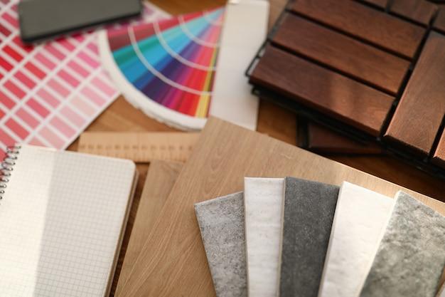 Materiali per la decorazione piatta sul tavolo Foto Premium