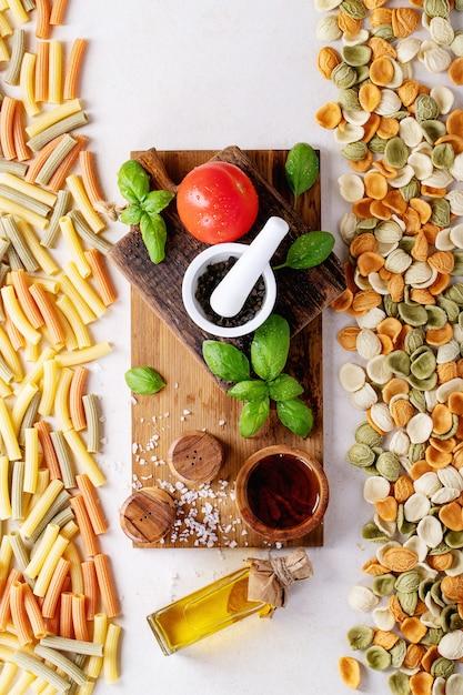 Materie prime per cucinare: penne italiane Foto Premium
