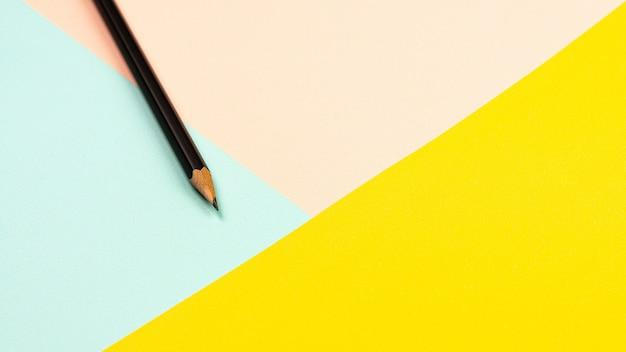 Matita su carta rosa, blu e giallo. Foto Premium