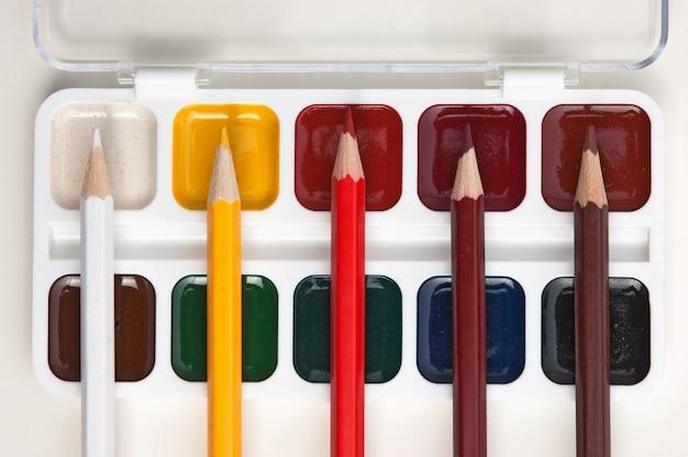 Matite colorate e colori ad acquerello Foto Premium