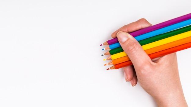 Matite colorate in mano Foto Gratuite