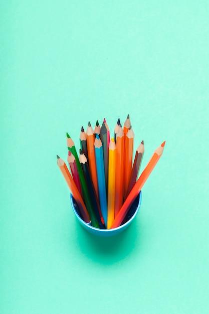 Matite colorate in una vista dall'alto di tazza Foto Premium
