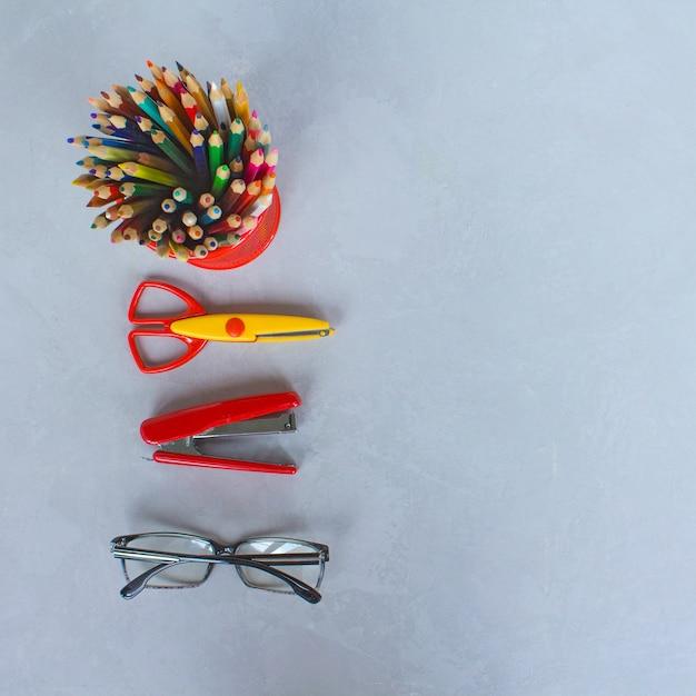 Matite, forbici, articoli di cancelleria, sfondo grigio Foto Premium