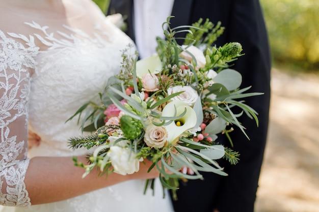 Matrimonio bellissimo bouquet di fiori Foto Gratuite