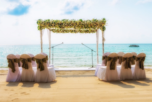 Matrimonio Spiaggia Decorazioni : Matrimonio sulla spiaggia arco di nozze decorato di fiori sulla