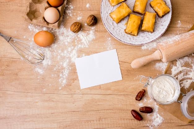 Matterello con uova, carta e dolci orientali Foto Gratuite