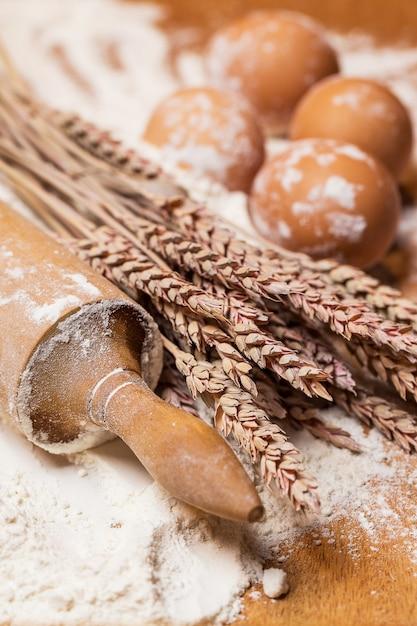 Matterello e uova nella farina Foto Gratuite