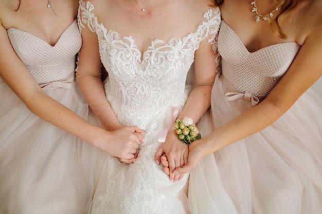 Mattina della sposa quando indossa un bellissimo vestito Foto Gratuite