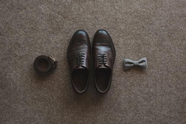Mattina dello sposo. accessori da sposa. scarpe, cravatta, anelli. Foto Premium