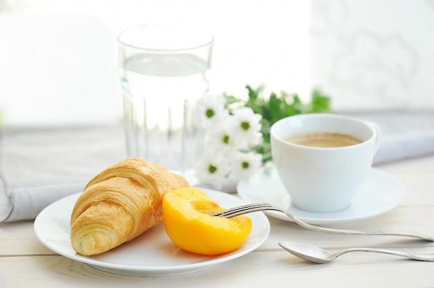 Mattina di sole con colazione, caffè, cornetto Foto Premium