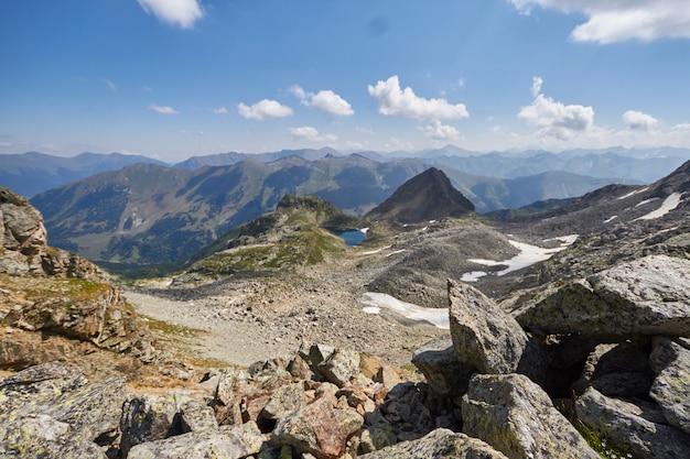 Mattina in montagna, un paesaggio da favola Foto Premium