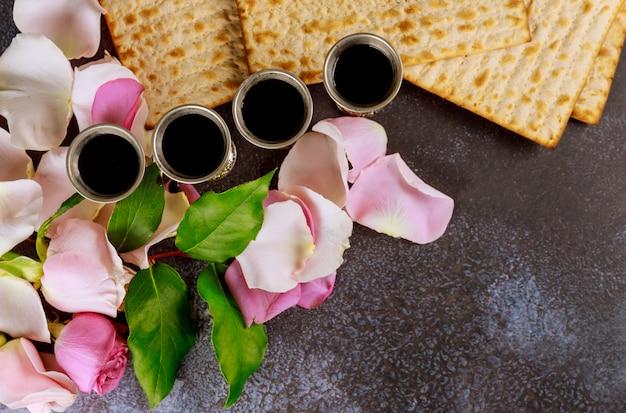Matzoh festa ebraica festa ebraica matzoh con su kiddush quattro tazze di vino rosso kosher Foto Premium