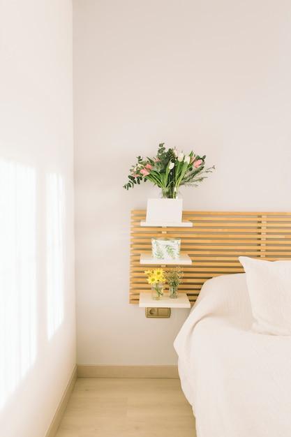 Mazzi di fiori in vasi sugli scaffali Foto Gratuite