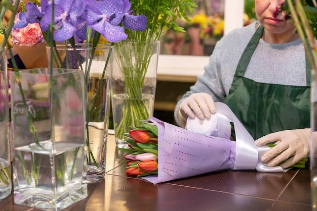 Mazzo avvolgente della donna matura con i tulipani Foto Gratuite