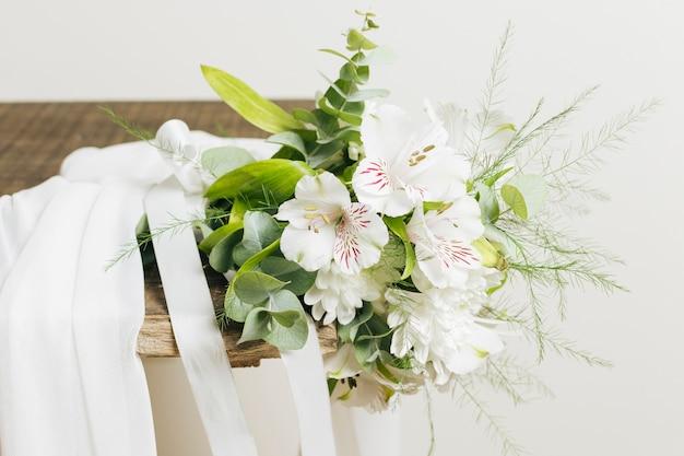 Mazzo bianco di nozze di aurasulatum del gelsomino e del vestito sulla plancia di legno Foto Gratuite