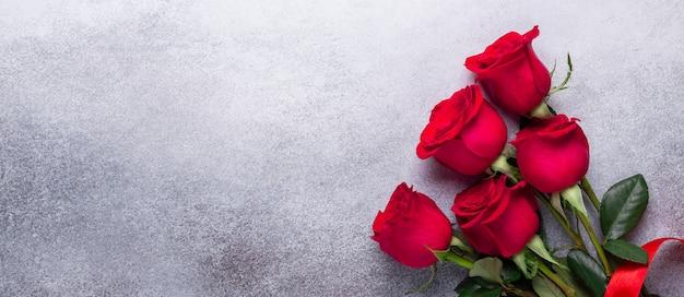 Mazzo dei fiori della rosa rossa su fondo di pietra san valentino Foto Premium