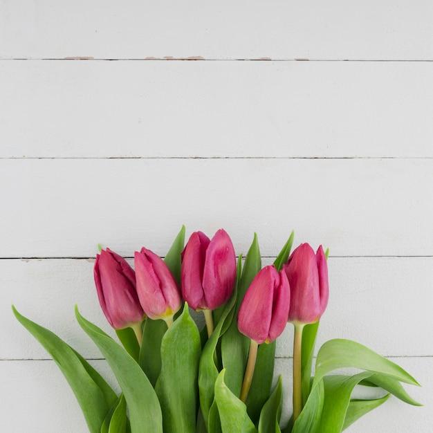 Mazzo dei tulipani su fondo di legno Foto Gratuite