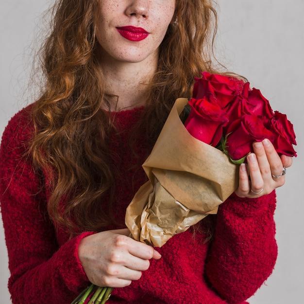 Mazzo della tenuta della donna di vista frontale delle rose Foto Gratuite