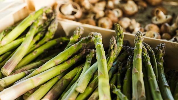 Mazzo di asparagi in vendita al supermercato Foto Gratuite