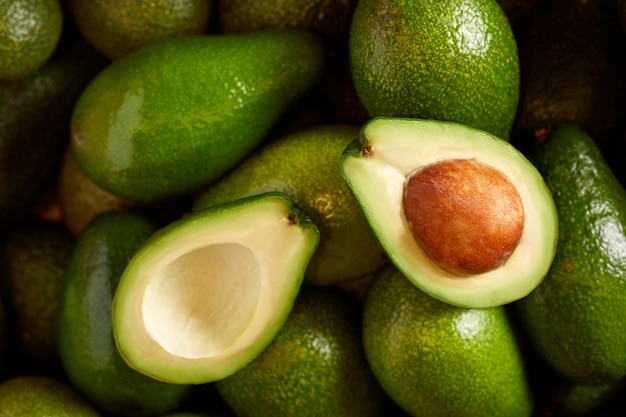 Mazzo di avocado freschi nel mercato degli alimenti biologici Foto Premium